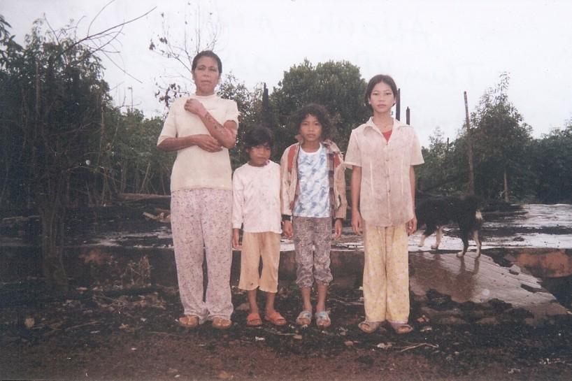 La nuit du 16 octobre 2007, alors qu'elle y dormait avec ses trois enfants, la maison d'H'Aner a été brûlé par des policiers vietnamiens. Ils avaient appris quelques jours plus tôt que son mari supportait une organisation américaine défendant les droits du peuple montagnard au Vietnam, la  Montagnard Foundation Inc. (MFI). À ce jour, le sort de la famille d'H'Aner est inconnu de la MFI.  Photo: MFI