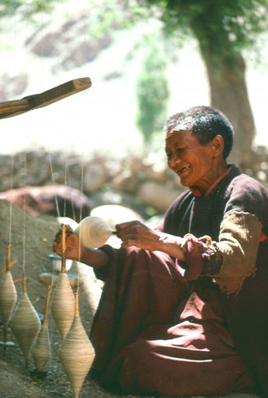 Les hommes et les femmes du Ladakh participent au filage de la laine de yak, de mouton et de chèvre, qui est soit utilisée ou vendue. La laine de pashmina filée dans la région est l'une des plus prisées au monde. Fabriquée à partir du fin duvet des chèvres, elle est la plus fine. Elle sert à tisser des châles et autres vêtements.
